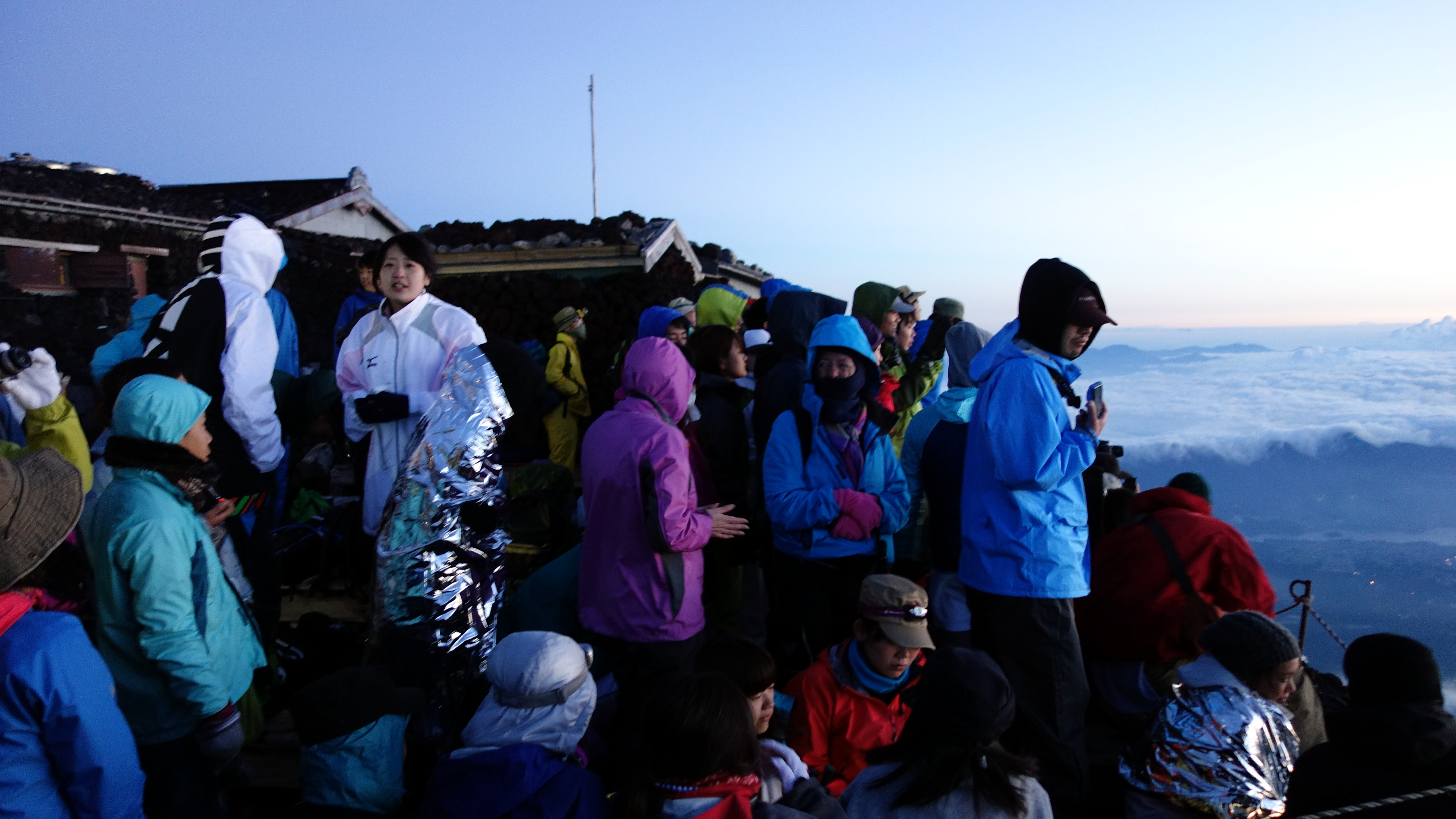 20140806 215455 fujisan waiting climbers