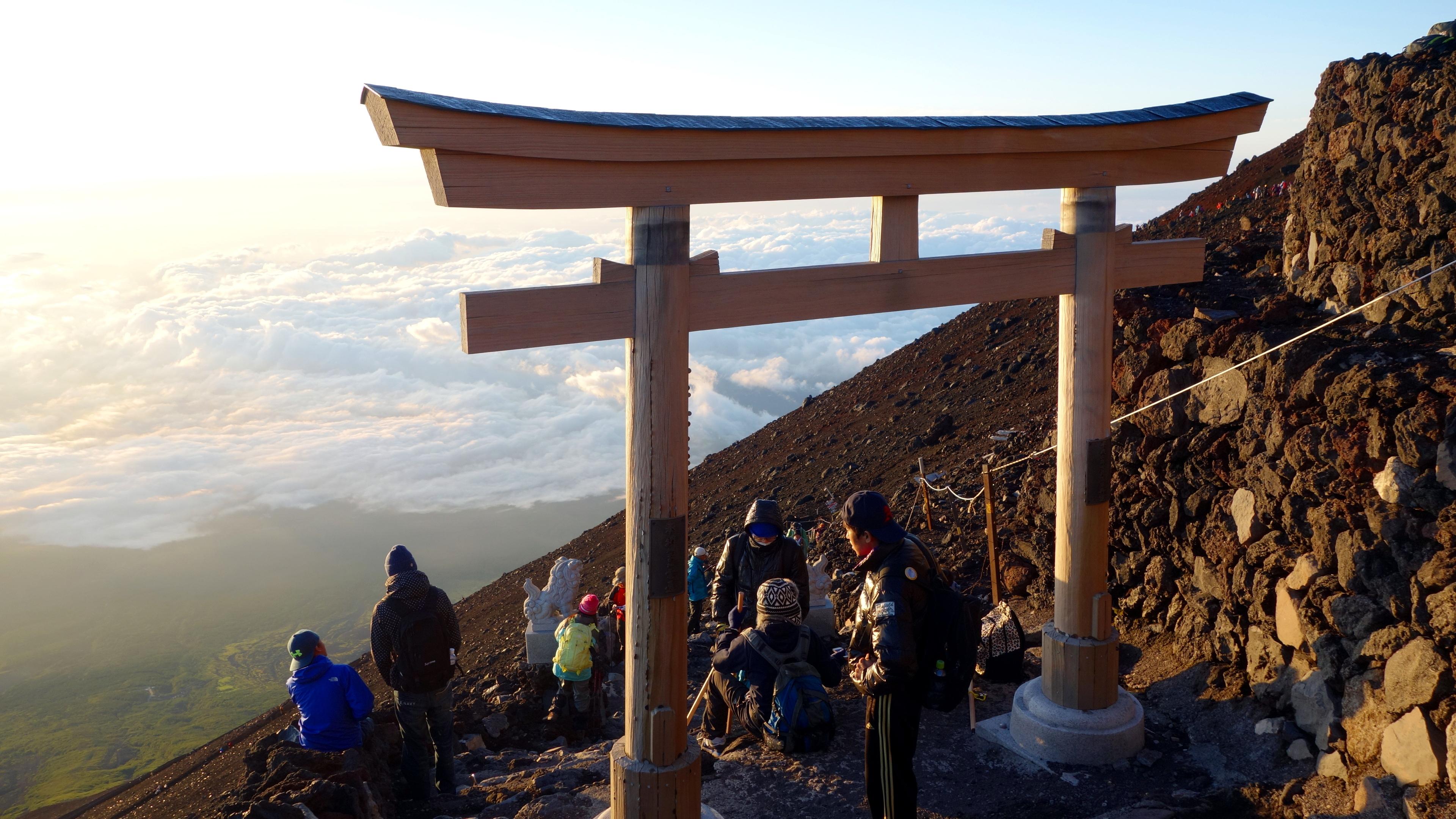 20140806 222724 fujisan greeting torii